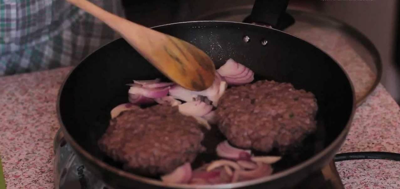 Photo of الطريقة الرائعة لتحضير التشيز برجر بقطع البصل