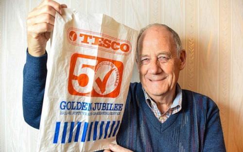 Photo of رجل يستعمل كيس بلاستيك فى التسوق لمدة 34 عاما